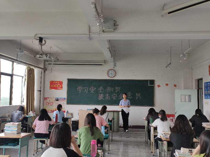 """学院学生处组织召开""""学习安全知识、提高安全意识""""主题班会"""